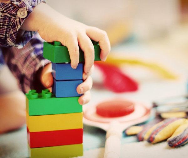 Enfant qui empile dans briques