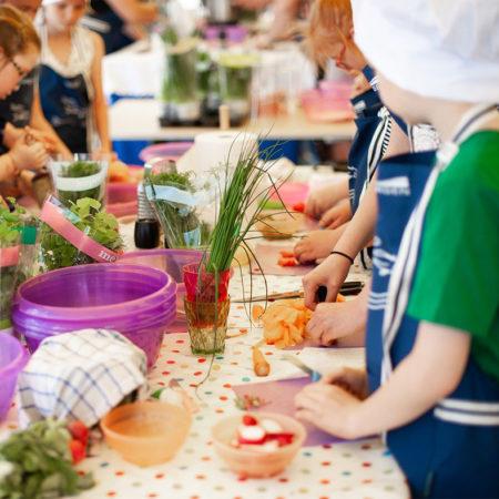 Groupe d'enfants qui fait la cuisine ensemble